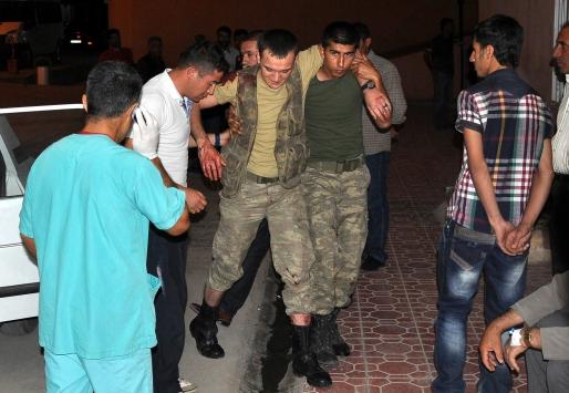 Askeri araç ambulansla çarpıştı: 11 yaralı