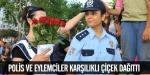 Polis ve eylemciler karşılıklı çiçek dağıttı