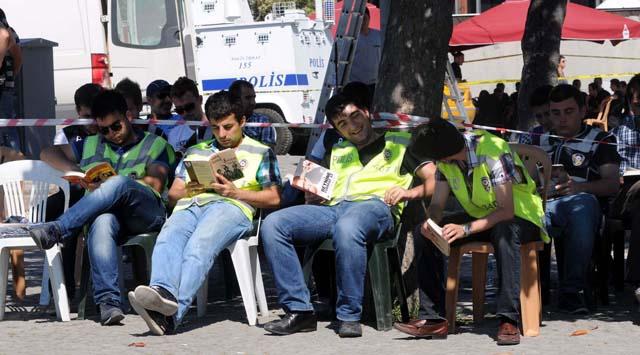 Duran adama karşı okuyan polis