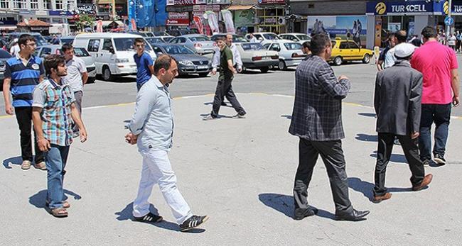 Rizede duran adama karşı yürüyen adamlar