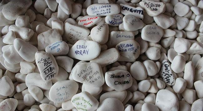 İnsanlar bu taşlara neden yazı yazıyor?