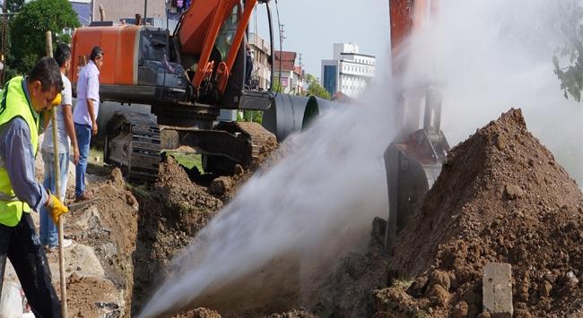 İşçilerin dikkatsizliği su borusunu patlattı