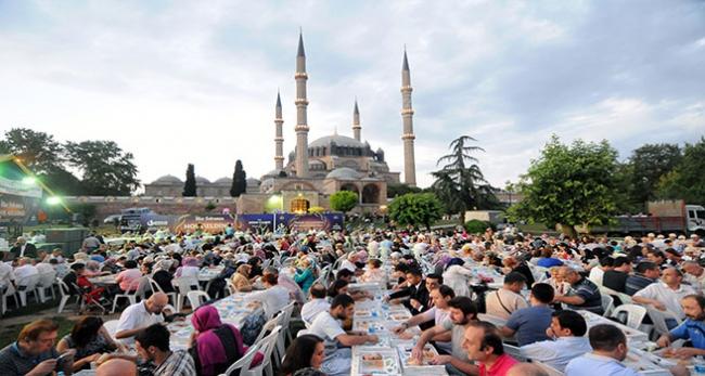 Selimiye Camii avlusunda iftar