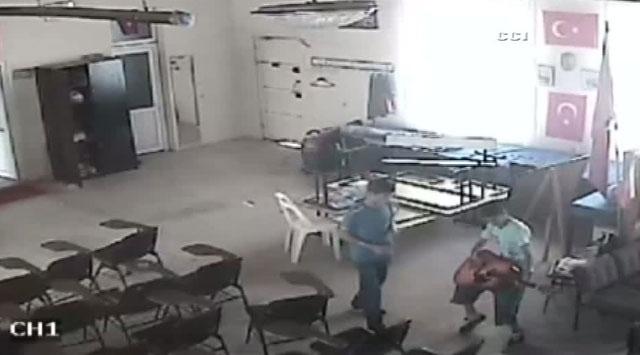 Gitar çalıp kasayı soydular