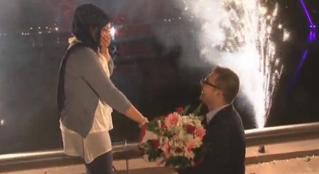 Su gösterisi eşliğinde evlenme teklifi!