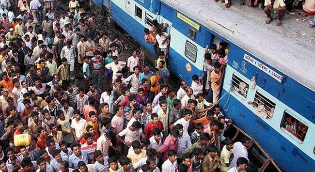 Hindistanda tren 35 kişiyi ezdi