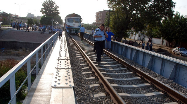 Yolcu treni anne ile iki çocuğuna çarptı