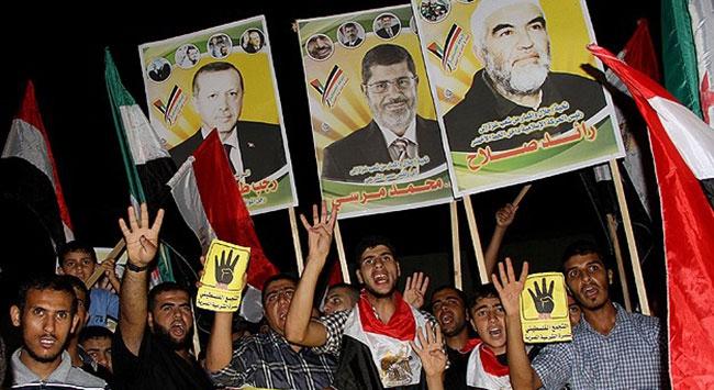 Başbakan Erdoğanın posterleriyle yürüdüler