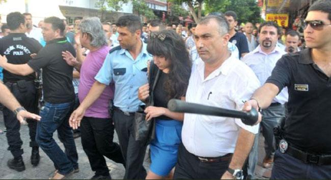 Avukatı linçten polis kurtardı