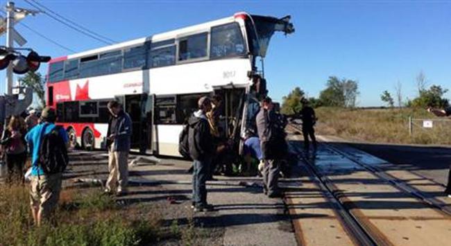 Tren yolcu otobüsünü biçti