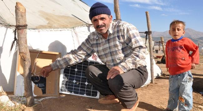 Çadırlar, güneş enerjisiyle aydınlatılıyor