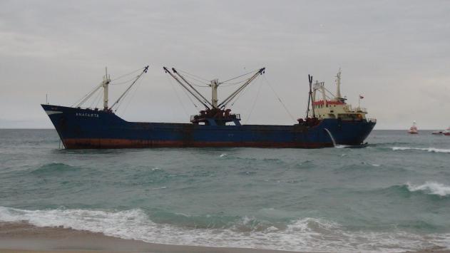 İstanbulda yük gemisi karaya oturdu