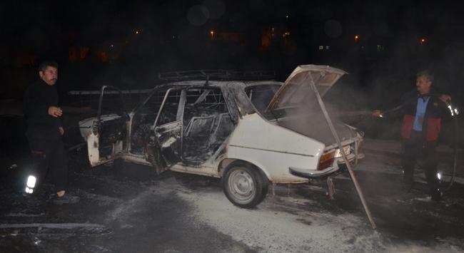 Tarihi köprü üzerinde otomobilini ateşe verdi