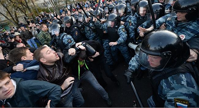 Moskovada ırkçı gösteriye polis müdahale etti