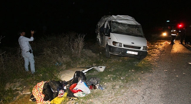 Futbolcuları taşıyan minibüs kaza yaptı
