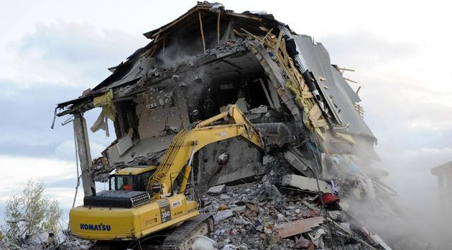 Vanda Ağır Hasarlı Binalar Yıkılıyor