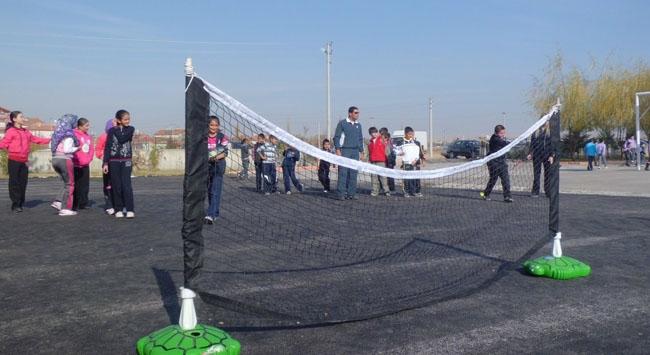Okul bahçesinde tenis keyfi yaşandı
