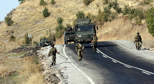 Mayın taraması yapan askere araç çarptı