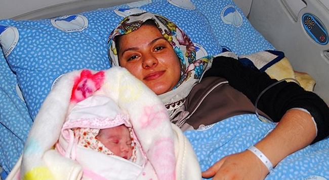 """Yeni yılın ilk bebeği """"Elif Zehra"""" Ağrıda doğdu"""