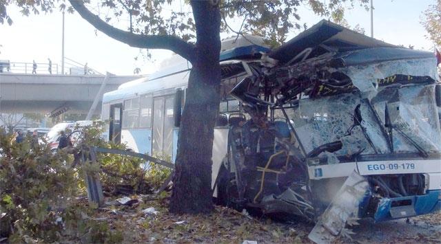 Belediye Otobüsü Direğe Çarptı