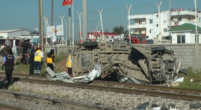 Tren servis aracına çarptı: 9 ölü