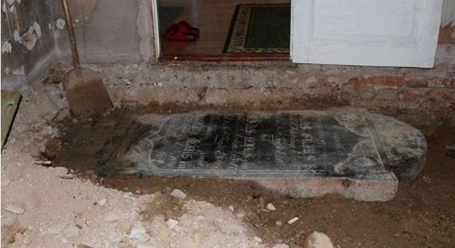 Evin ortayerinden mezartaşı çıktı