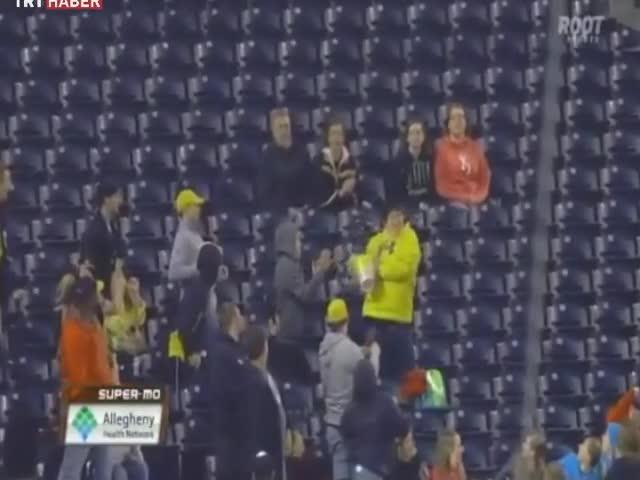 Video :: Mısır kutusuyla topu yakaladı