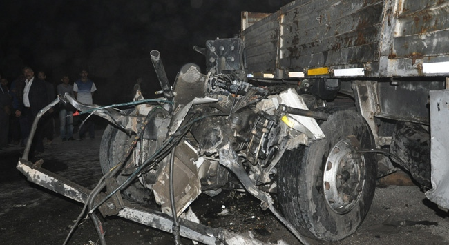 TIR ile kamyon çarpıştı