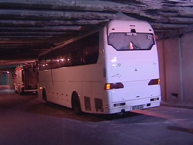 Otobüs Alt Geçitte Sıkıştı