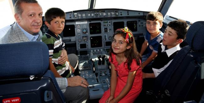 Başbakan, çocuklar ile ANA uçağının kokpitinde sohbet etti.