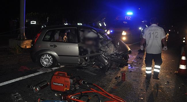 Otomobil direğe çarptı, 3 ölü