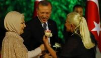 Erdoğan çiftine gül verdi