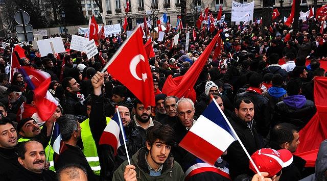 Türklerden Pariste Tarihi Gösteri