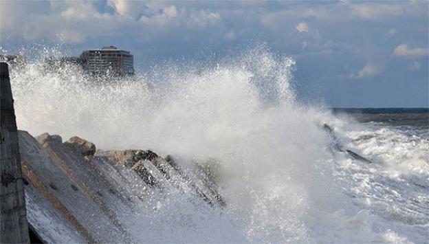 Dev dalgalar liman duvarını aştı