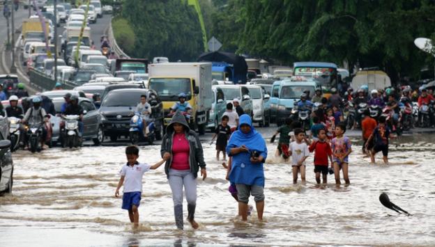 Asyada muson yağmurlarının yol açtığı sellerde binlerce kişi hayatını kaybetti