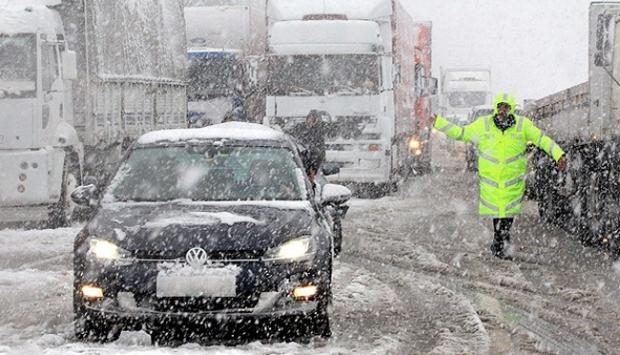 Yoğun kar yağışı ulaşımı felç etti