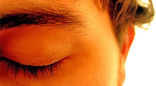 Gözleri kapatmak hatırlamaya yardımcı oluyor