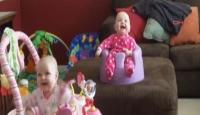 İkizlerin Kahkahaları Herkesi Güldürüyor