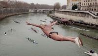 Yeni Yılı Buz Gibi Nehre Dalarak Kutladılar
