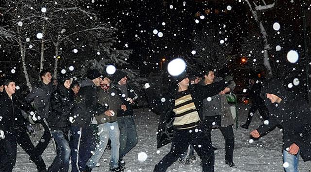 Kar Topu İçin Facebookta Örgütlendiler