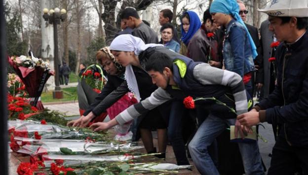 """Kırgızistan """"2010 Devrimi""""nin kurbanlarını andı"""