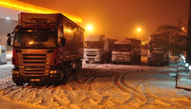 Denizlide kar yağışı ulaşımı aksattı