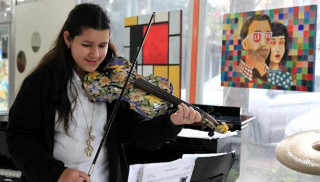 Otizmli genç kız 19 enstrüman çalıyor