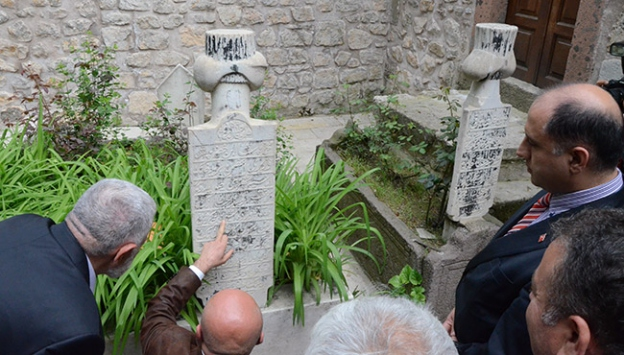 Osmanlıca ve Arapça mezar taşları Türkçeye çevrilecek