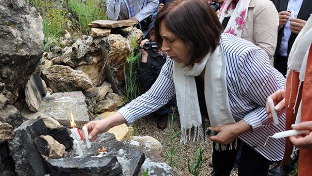 Selvi Kılıçdaroğlu mum yakıp dua etti