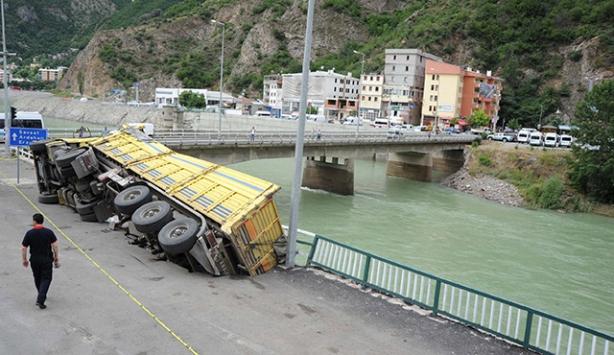 Yoldaki çökme nedeniyle kamyon devrildi