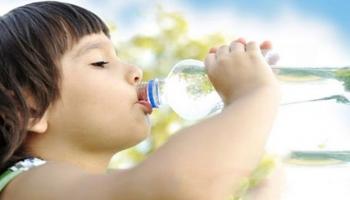 Çocuklar yaz aylarýnda ne kadar su içmeli?