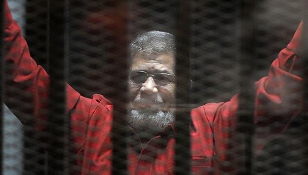 """Mursi """"ilk kez idam mahkumu kıyafetiyle"""" mahkemede"""