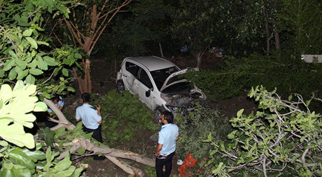 Kontrolden çıkan otomobil bahçeye devrildi