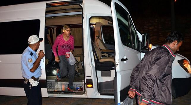 Servis minibüsünde 24 kaçak yakalandı